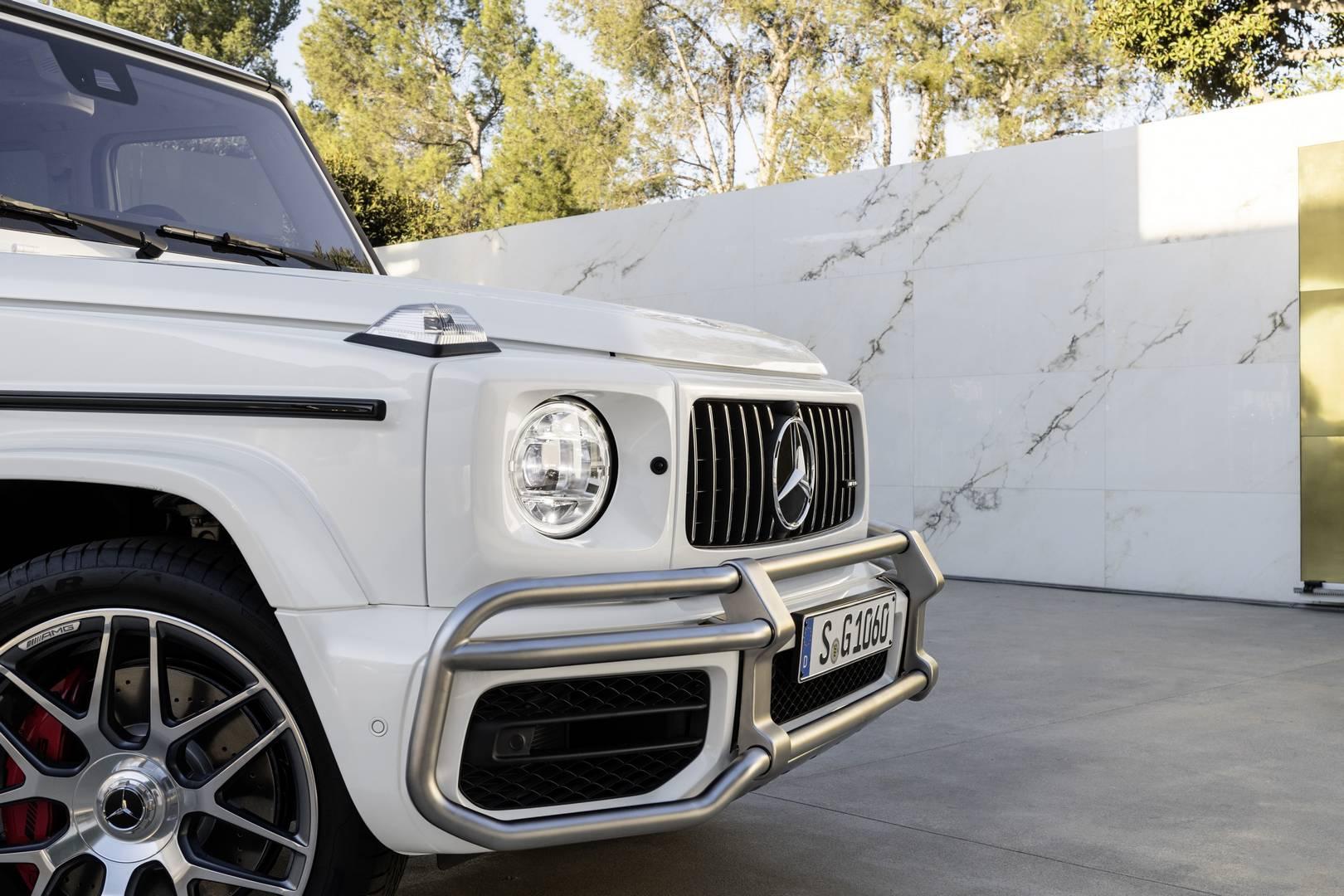 Это хорошо, но явно недостаточно для владельцев версии AMG предыдущей модели. Итак, вот новый AMG G 63, оснащенный производным от того же 4,0-литрового V8, который рассчитан на великолепные 585 лошадиных сил, направляемые на все колеса через 9-ступен