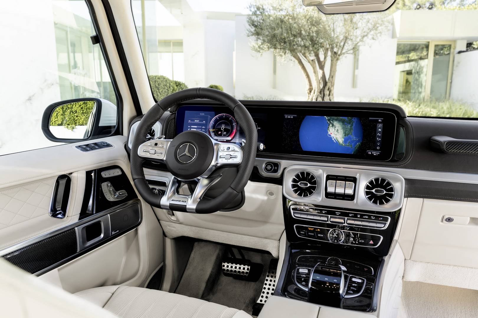 Визуального AMG G 63 получил новую решетку радиатора, который слегка открывается снизу. Колесные арки стали шире, а размеры колес теперь доступны вплоть до 22 дюймов; с огромными колесами этот G-Wagen будет выглядеть как в каком-нибудь модном хип-хоп