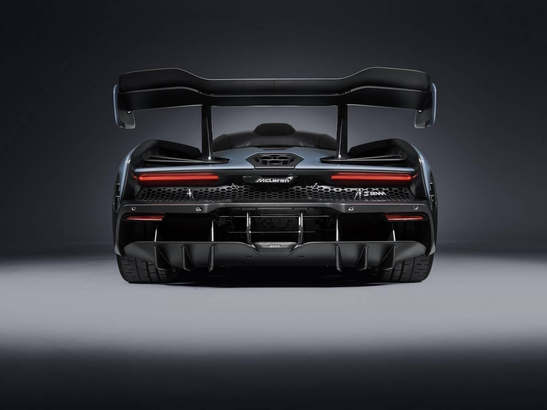 Он весит 1,198 кг, что дает ему соотношение мощности к весу 668 л.с. на тонну. Под капотом McLaren сидит 4-литровый двигатель V8с двойным турбонаддувом, создавая впечатляющие 789 л.с. и крутящий момент 800 Нм. Это самый мощный двигатель внутреннего с