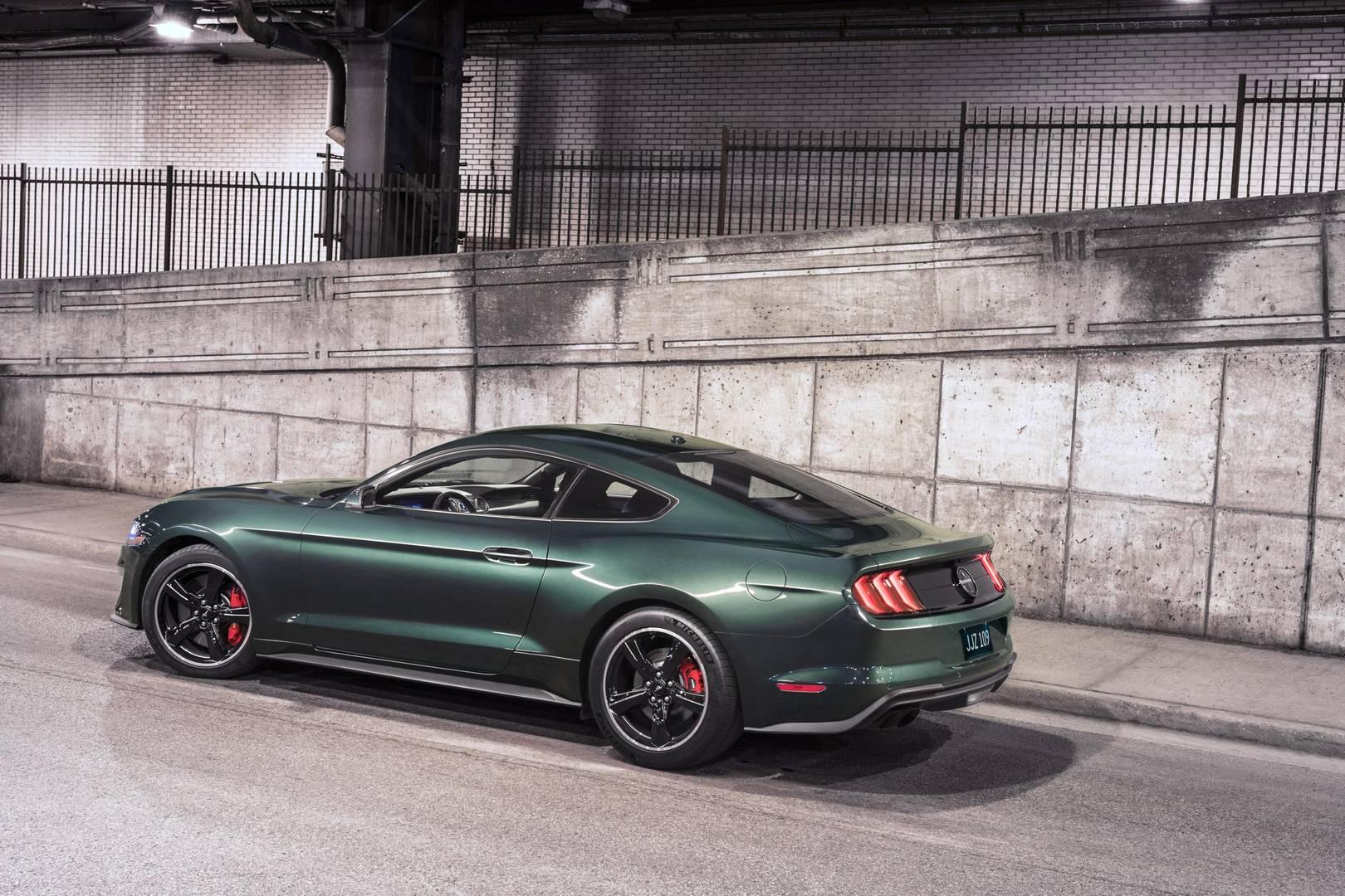 Новый Ford Mustang Bullitt Limited Edition получает 5,0-литровый двигатель V8 с впечатляющим 475 л.с. и 570 Нм крутящего момента. Максимальная скорость – 260 км/ч. Ford применил механическую коробку передач и рукоятку переключения белого цвета в этом