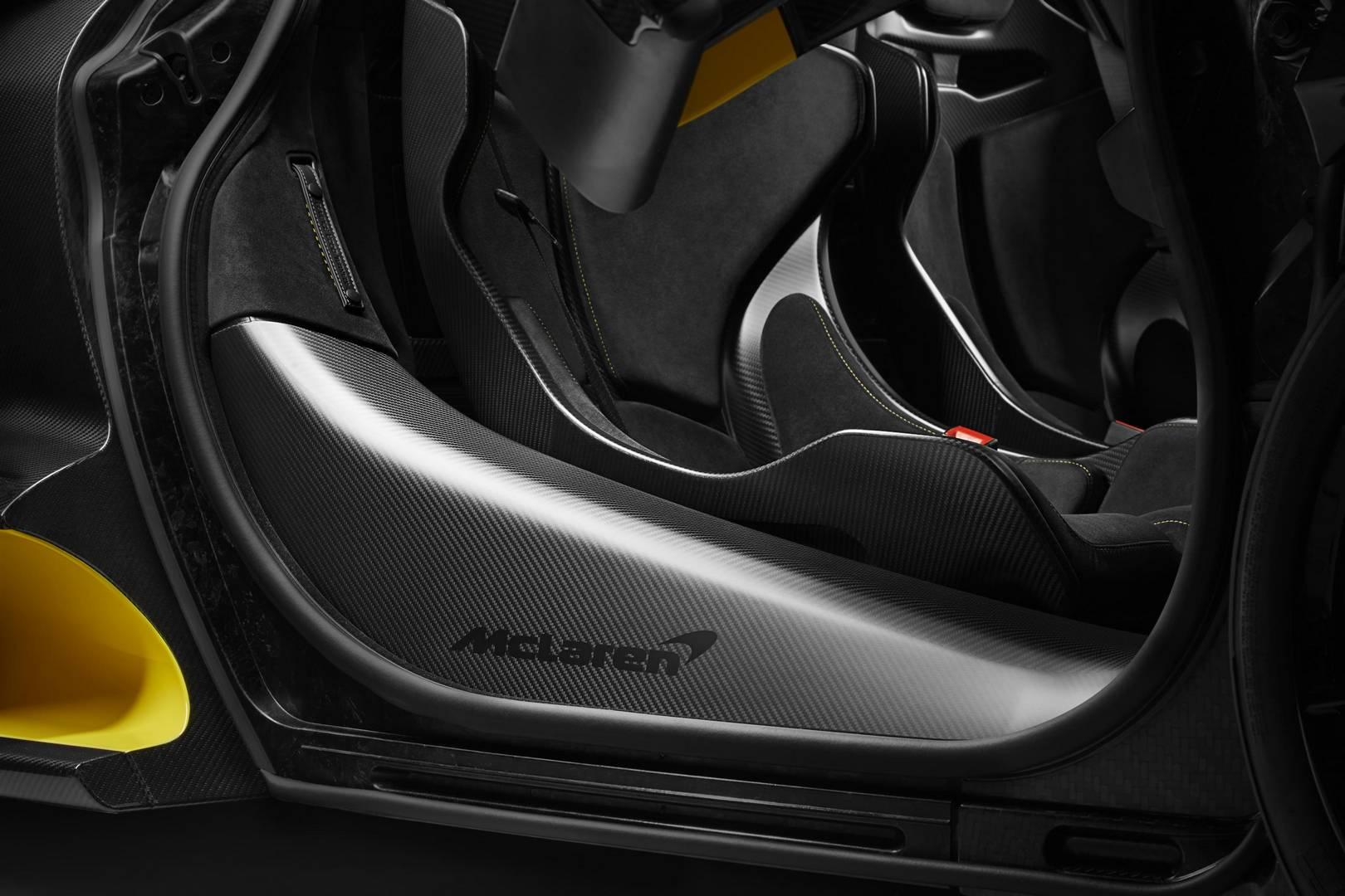 Внутри газовая стойка и контрастная строчка выполнены в зеленом цвете, а рулевое колесо получило желтую центральную полосу.