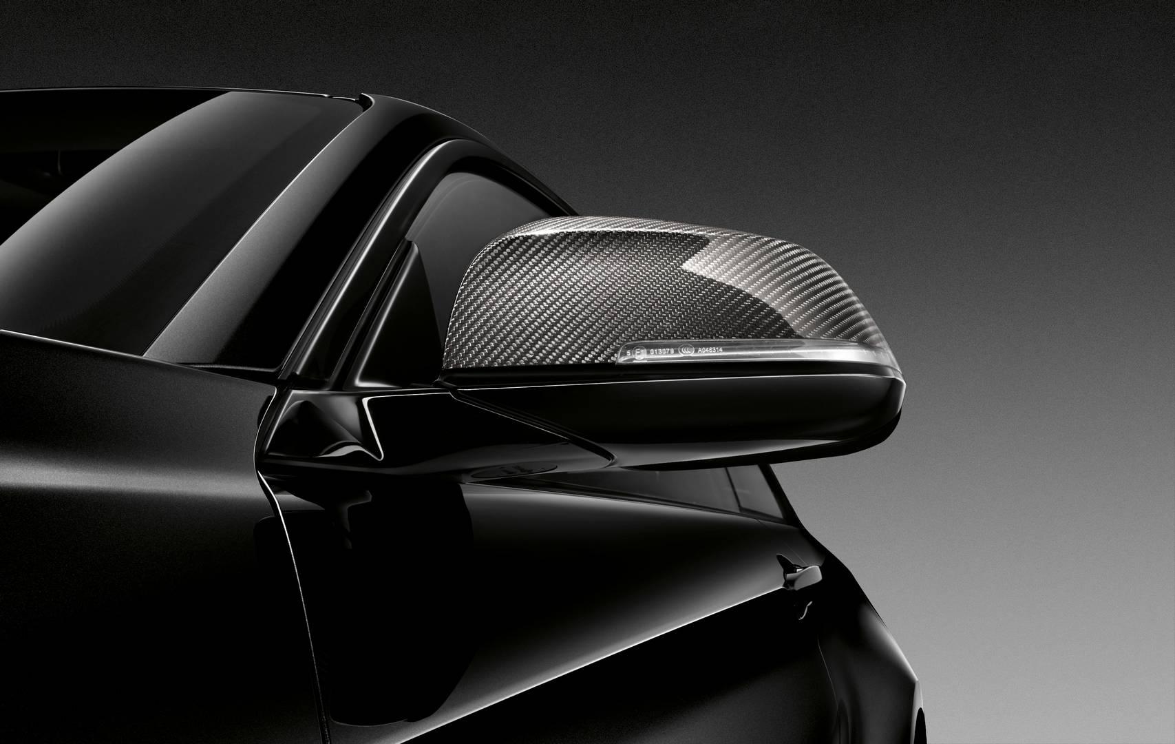 BMW M2 Edition Black Shadow получает комплект сапфировых черных дисков размером 19 дюймов с черными центрами с Y-спицами. Зеркала выполнены из карбоновой стали, а решетка имеет отделку черного цвета. Задний диффузор сделан из карбона, а черная хромир