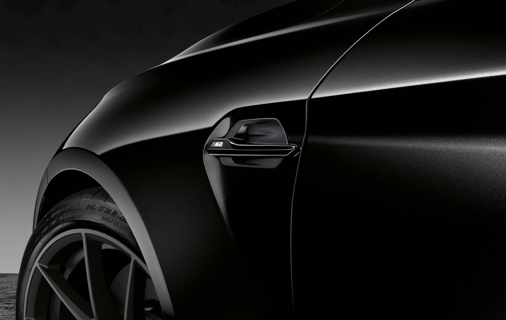 Black Edition ничего не добавляет к базовому комплекту BMW M2, полностью ориентированному на косметические и дизайнерские обновления.