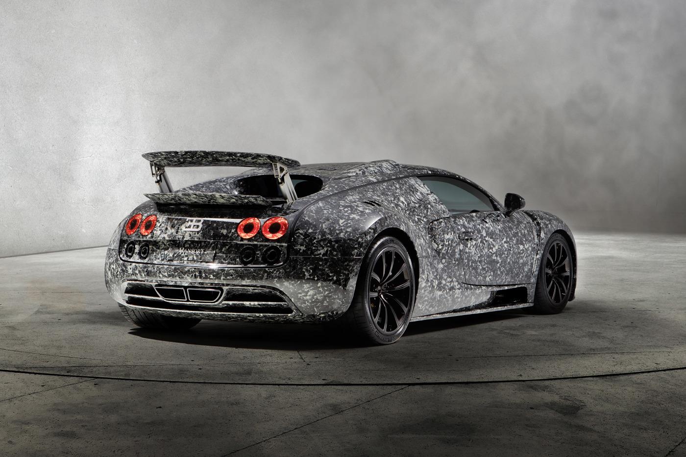 Вы нанимаете Mansory, чтобы они сделали его еще более эксклюзивным. Этот Bugatti Veyron 16.4 был полностью «переодет» в карбон, но вместо использования традиционного карбона Mansory использует новый углеродную материал под названием «Мраморный коллаж