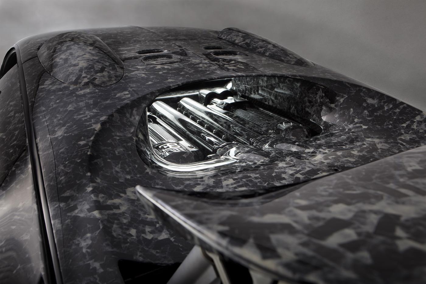 Подвеска осталась та же, но автомобиль едет на элегантных новых кованых легкосплавных колесах с тонкими спицами для улучшения охлаждения тормозов, что важно для 425 км/ч.