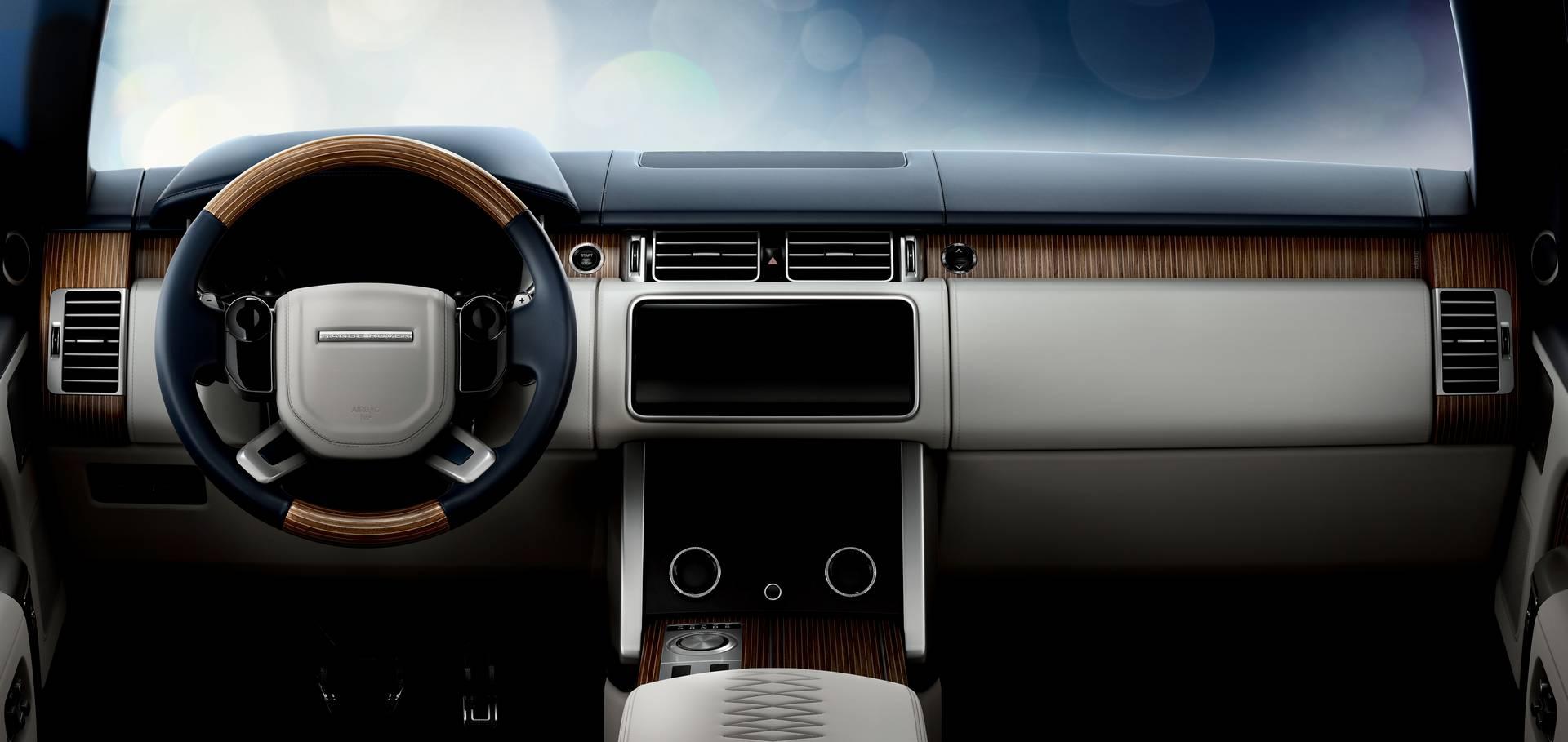 Компания развивает текущий дизайн Range Rover. Передний бампер слегка переделан и получил более глубокий серебряный цвет под решеткой радиатора и переработанные водухозаборные отверстия. Боковые воздухозаборники, характерные для современного Range Ro