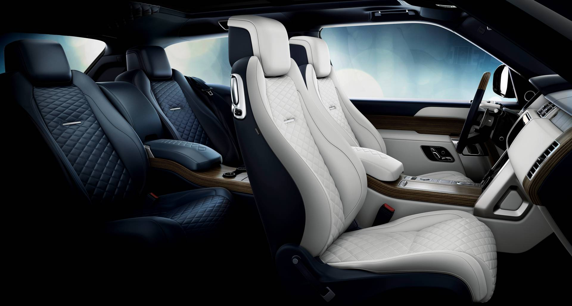 Новые цвета также доступны для SV, включая цвет Contour Graphic. Впервые Range Rover оборудован 23-дюймовыми колесами. Опционально доступна отделка под названием Liquesence.