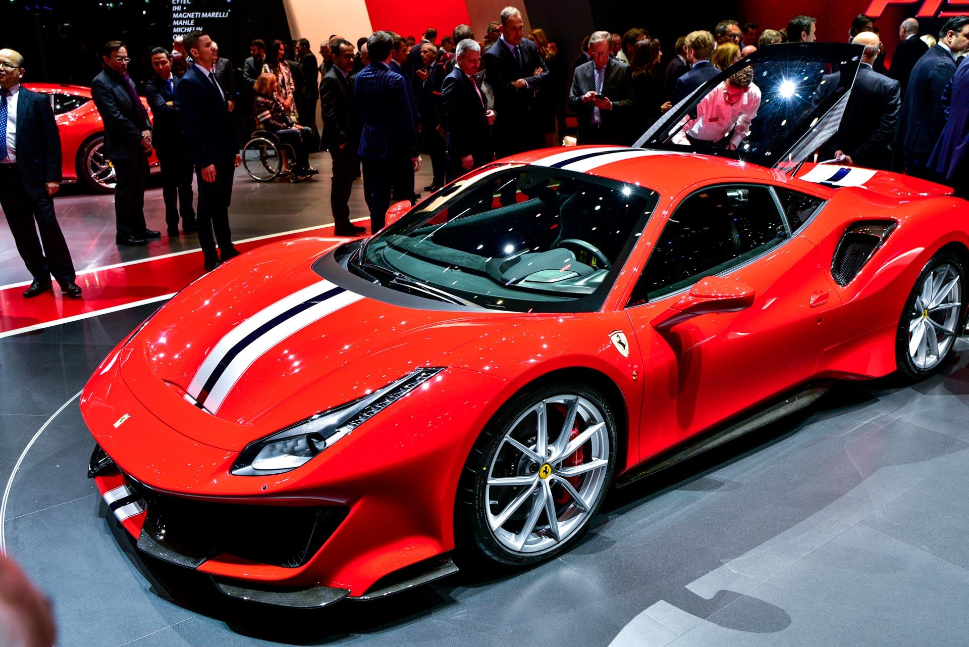 В Женеве было показано два экземпляра модели. Первый получает классическую цветовую схему Ferrari Red с полосатым капотом, второй - серебристой с сплошными синими полосками. Никакой информации о цене или доступности пока нет, но мы надеемся получить