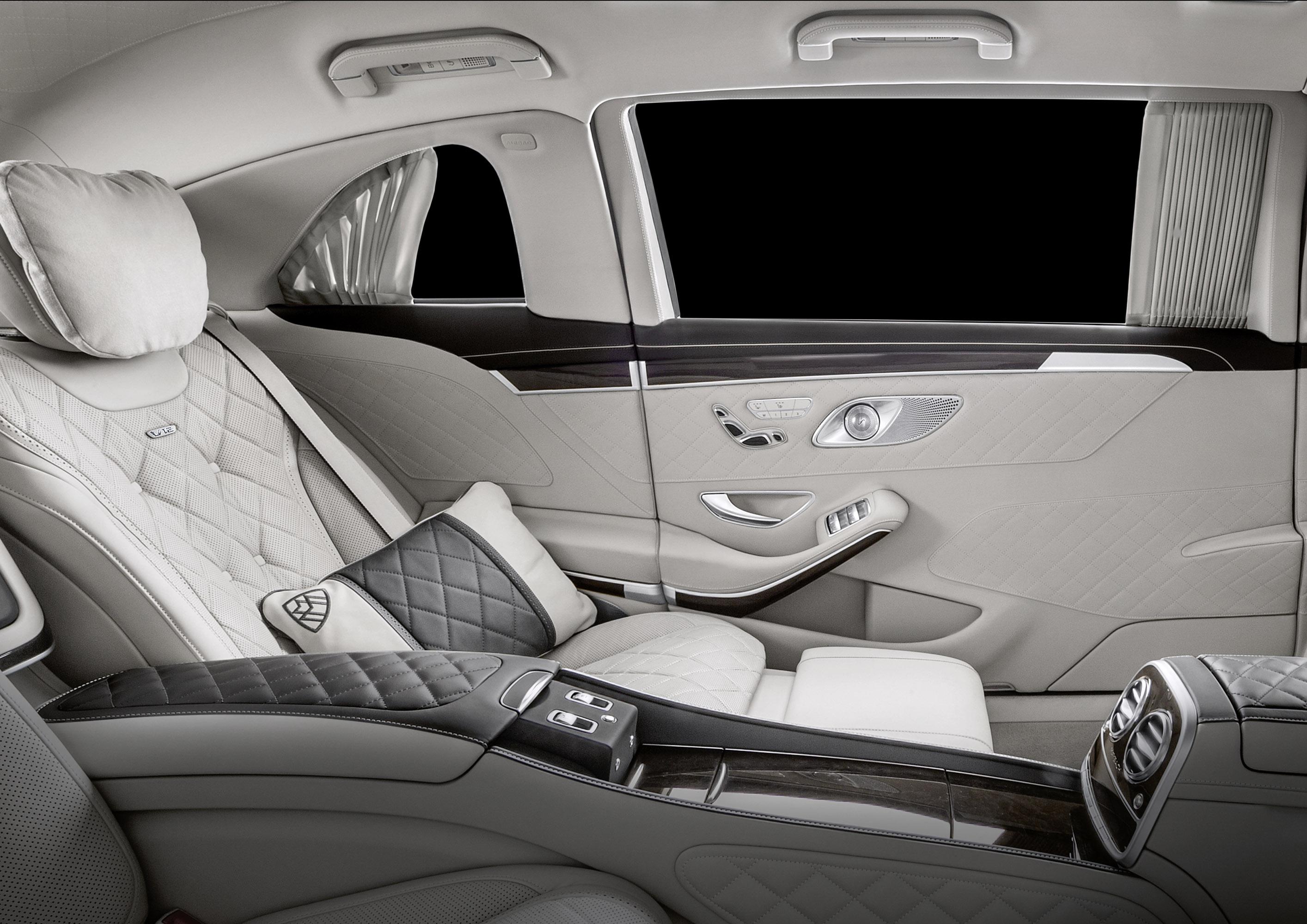 Салон представляет собой идеальное место для отдыха и комфорта. Здесь можно насладиться комфортном на двух эксклюзивных сиденьях, которые смотрят вперед и получили самое длинное место для ног, которое когда-либо было представлено на машине Maybach. Т