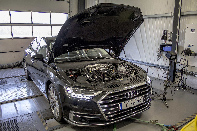 Мы действительно любим такие обновления, ведь они имеют огромное значение. И, как кажется, даже такие флагманские модели могут извлечь выгоду из такой элегантной технологии. Будем честными, мы не верили, что Audi A8 нуждается в большей мощности и лов