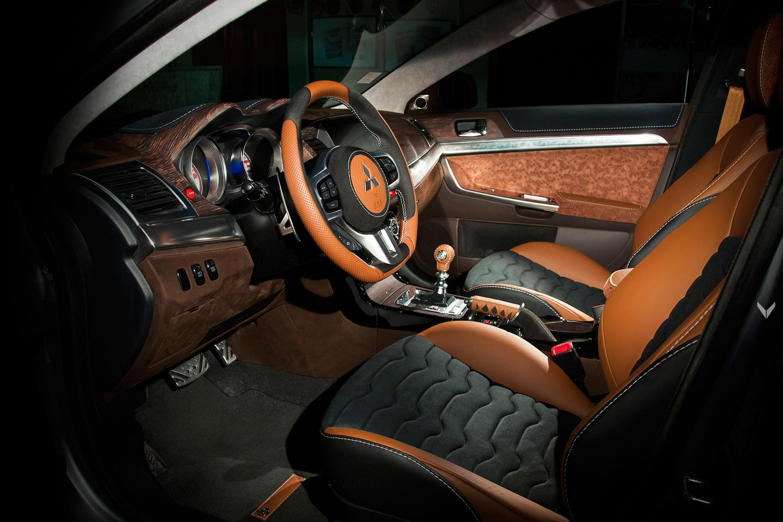 Наши фавориты – ручной тормоз в виде рукоятки катаны и рулевое колесо. Как и сам интерьер, колесо полностью переделано: оно имеет эргономичную форму, высококачественное кожаное покрытие, и все это завершается теплым коричневым цветом.