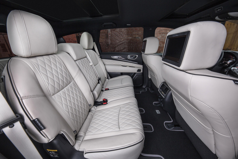 Интерьер также порадует водителя и пассажиров роскошными функциями, такими как кожаные рукоятки, акценты темного серебристого дерева и кожаные стеганые сиденья.