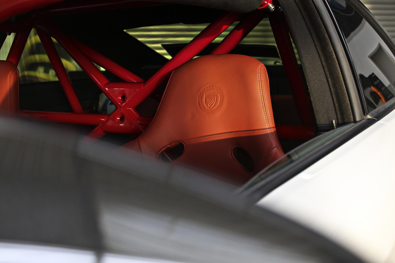 Разумеется, что в стиле Manhart, интерьер не оставит равнодушных. Красный каркас размещается на том месте, где раньше были задние сиденья. Разумеется, оригинальные передние сиденья также были заменены – на их место установлены ковшеобразные спортивны