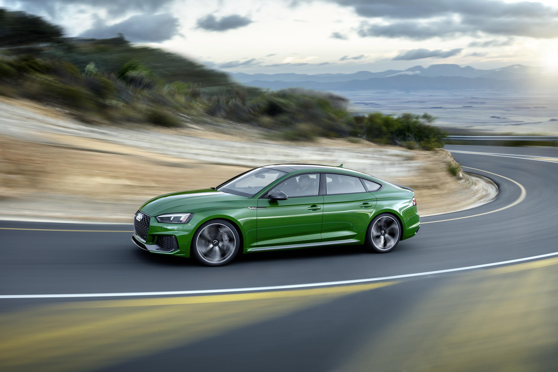 Салон встречает водителя и пассажиров впечатляющими деталями конструкции и множеством функций для удобства водителя. Например, здесь есть новейшая панель управления Audi с новыми элементами управления. Конечно же, здесь присутствуют встроенные систем