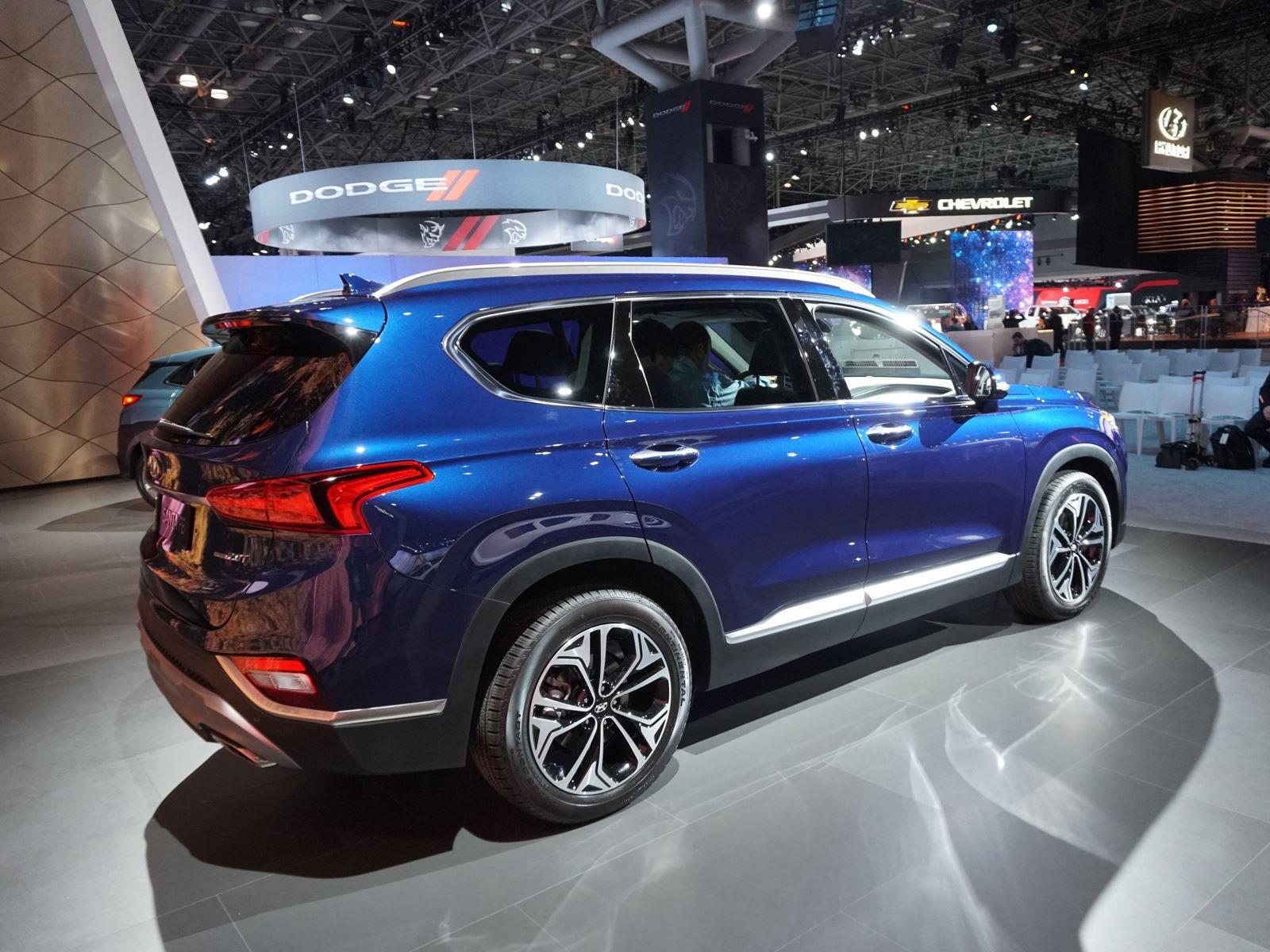 Santa Fe Sport становится больше похожа просто Santa Fe, но теперь она стала больше, и Hyundai добавляет дизельную установку в линейку двигателей, а дизельные модели даже поставляются с опциональным третьим рядом сидений.