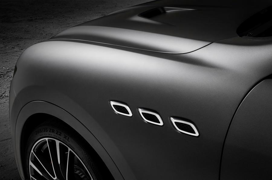 Горячий внедорожник Maserati не только более мощный, чем Quattroporte GTS, который использует 3,8-литровый Ferrari V8, производящий 523 л.с. и 650 Нм крутящего момента, он обладает большей мощностью, чем Jaguar F-Pace SVR, который также был показан в