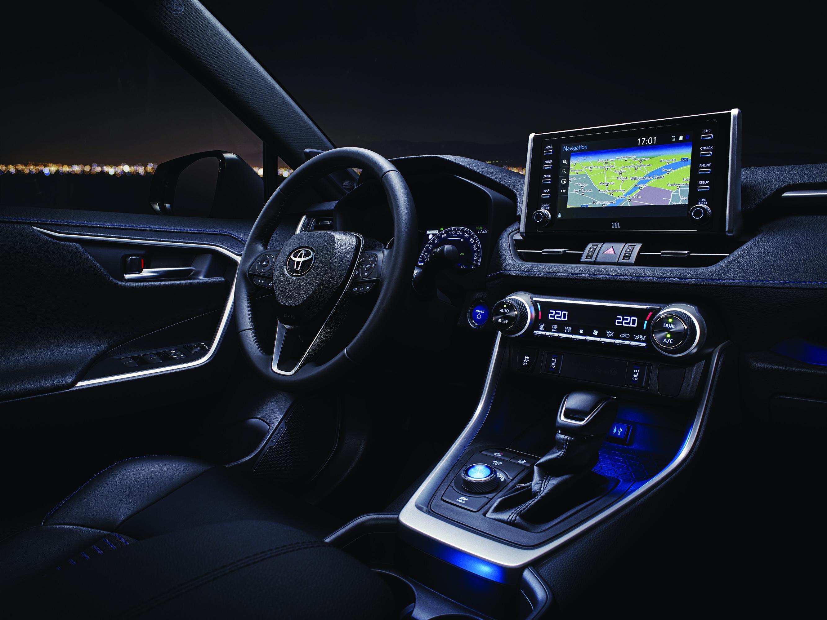 Toyota RAV4 дебютировала на Международном автосалоне в Нью-Йорке, и с этого славного дня бренд уверенно завоевал свои позиции в качестве одного из лидеров в области новых технологий и технических решений.