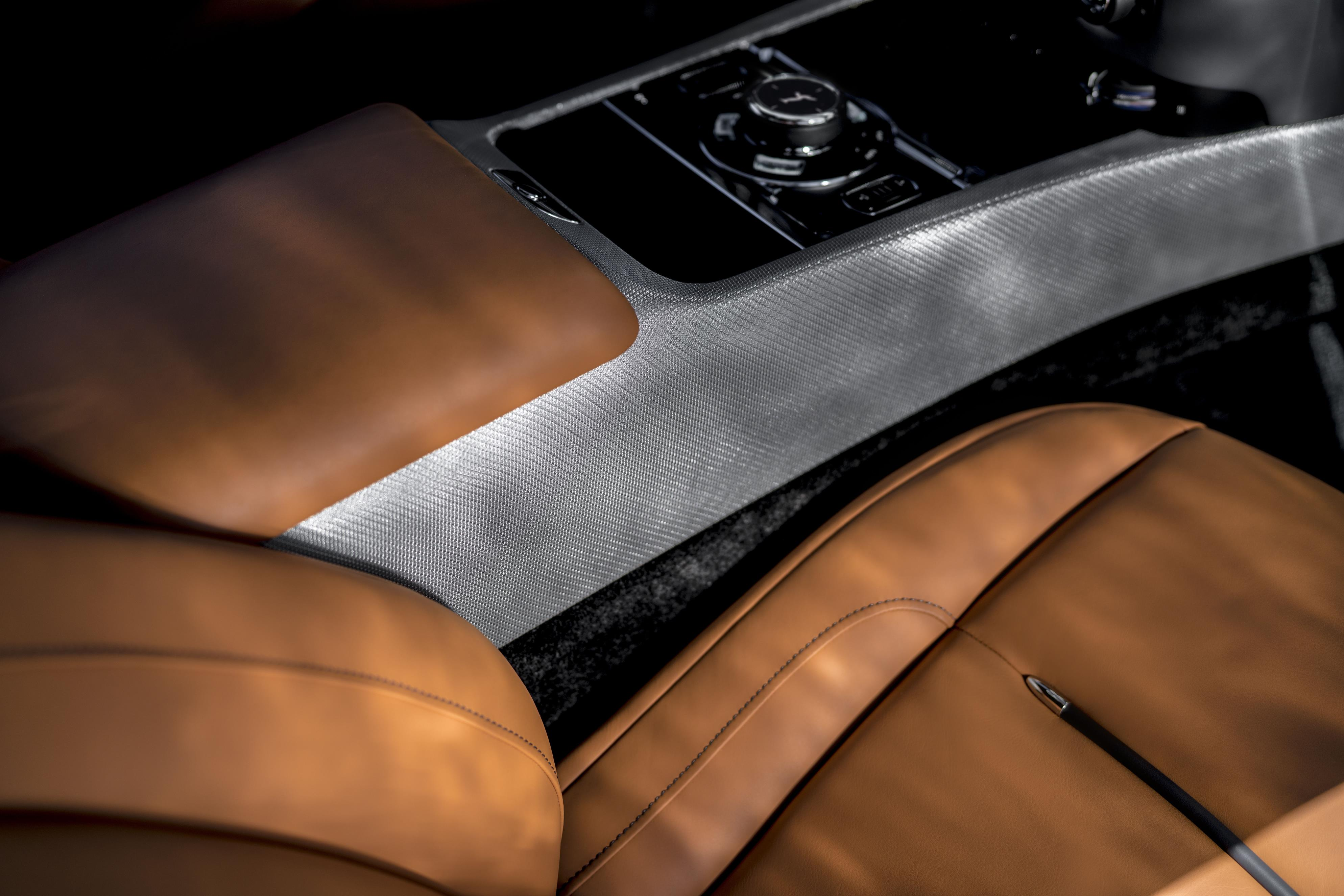 Только 55 экземпляров этих автомобилей будут выпущены для клиентов британского бренда. Коллекция Luminary дебютирует с набором эксклюзивных функций, включая деревянную отделку с подсветкой, новый потолок, а также новый вариант окраски - Sunburst Grey