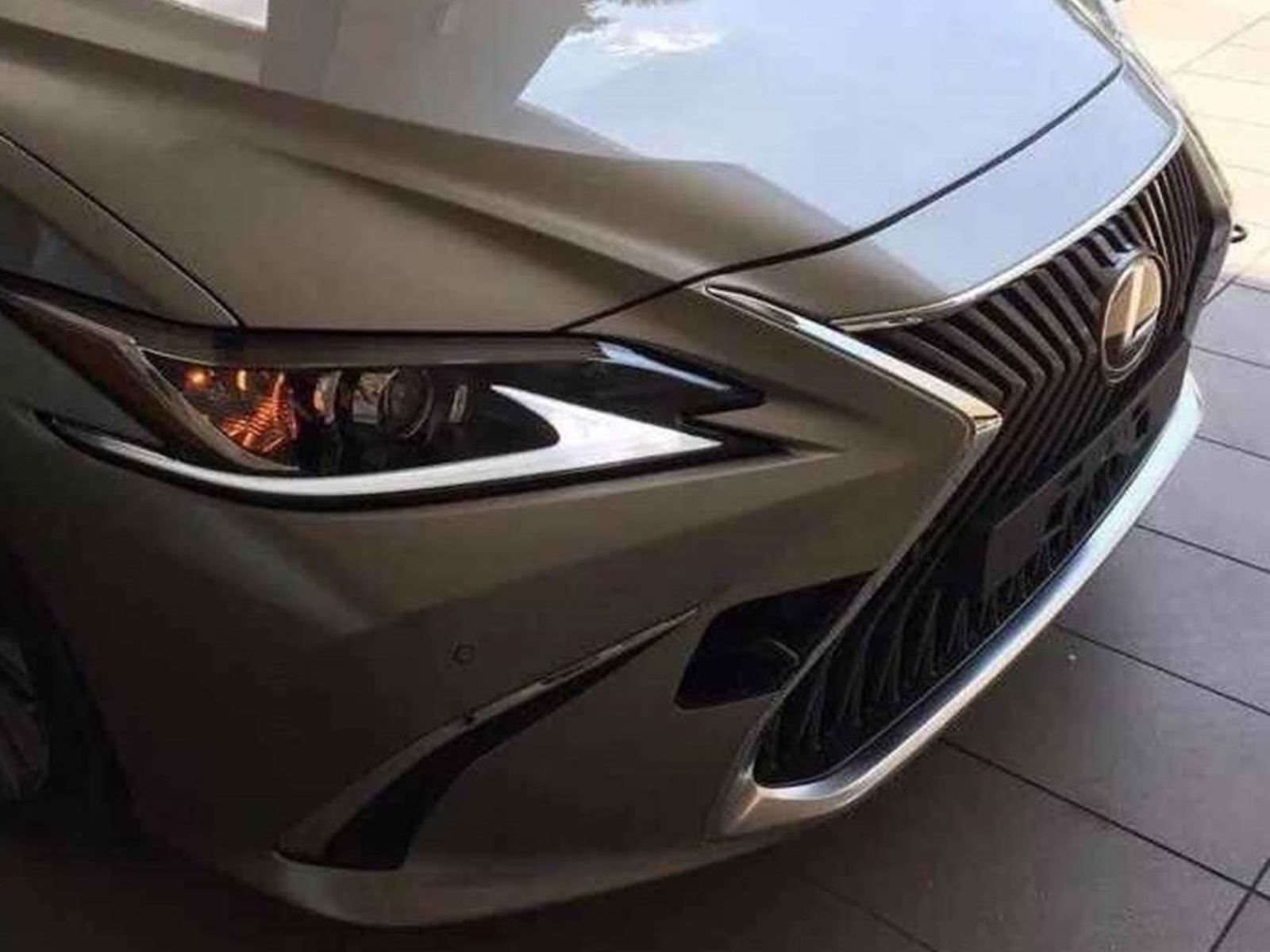 Всего несколько дней назад просочившееся фото нового поколения седьмого поколения Lexus ES появилось в Интернете, показывая обновленную переднюю часть автомобиля, вдохновленную более крупным LS. А теперь Lexus выпустил первый официальный тизер предст