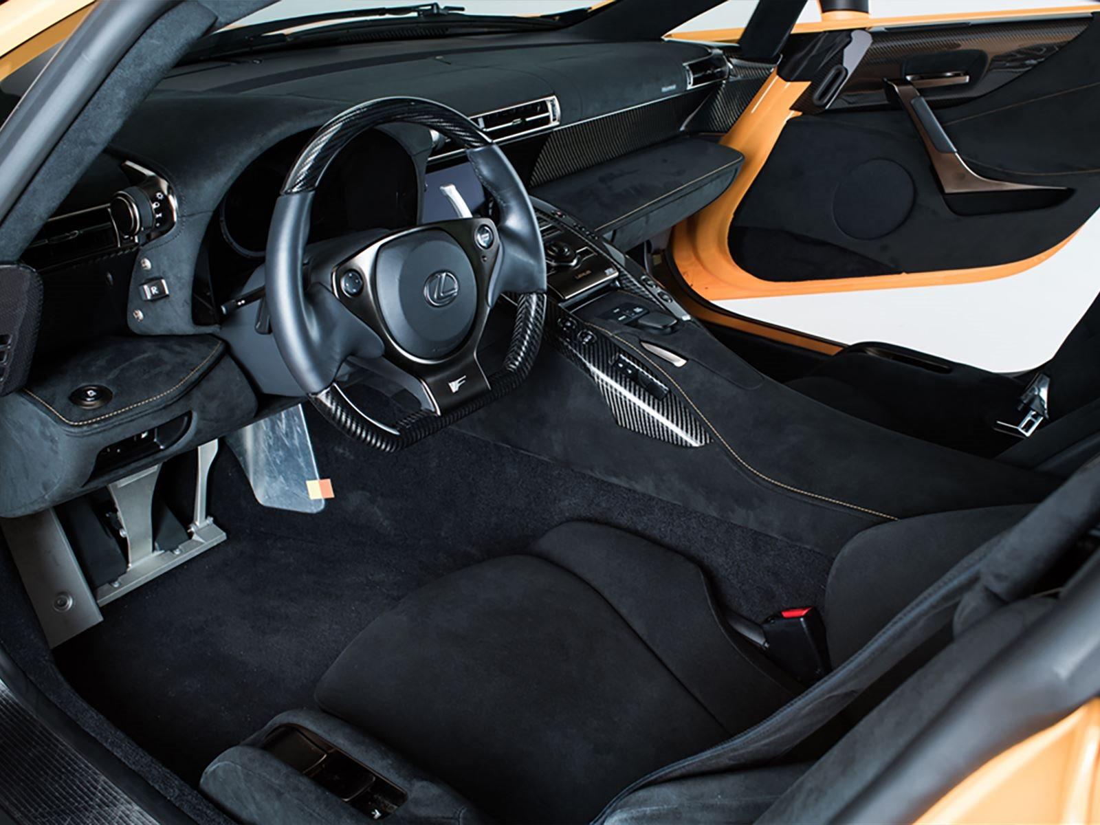 Этот экземпляр, выставленный на продажу, имеет пробег 4100 км и управлялся только дилерским персоналом. В то время как стандартный автомобиль вышел бы вам в 375 000 долларов, Nurburgring Edition стоит на  70 000 долларов дороже. LFA не выпускается с