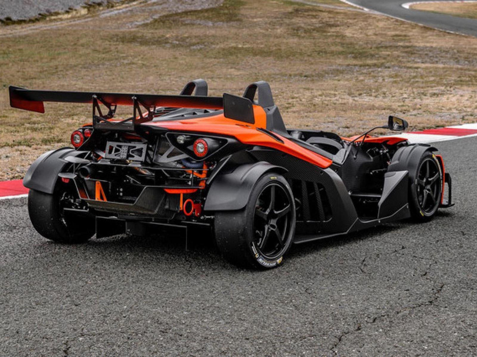 KTM X-Bow - одна из самых уважаемых «игрушек» на дорогах, доступных в настоящее время, но если вы хотели купить ее в США, вам нужно было собрать ее как кит-кар, заказав двигатель и корпус отдельно, чтобы обойти регламенты и правила.