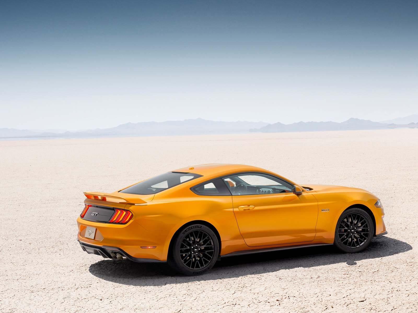 Кроме того, в то время как Mustang по-прежнему пользуется популярностью у покупателей-мужчин, женщин все чаще привлекает этот масл-кар. Исследования Ford показывают, что за последние пять лет 10 процентов покупателей - женщины.