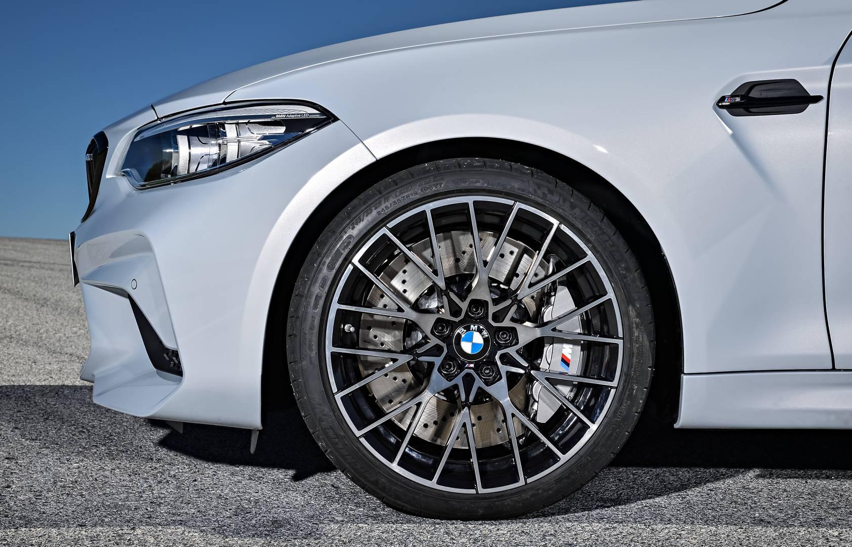 Шасси, основанные на передней и задней осях M3, становятся еще лучше: два стержня стабилизируют переднюю часть, рулевое управление было повторно откалибровано и, следовательно, а система контроля устойчивости стала еще лучше.