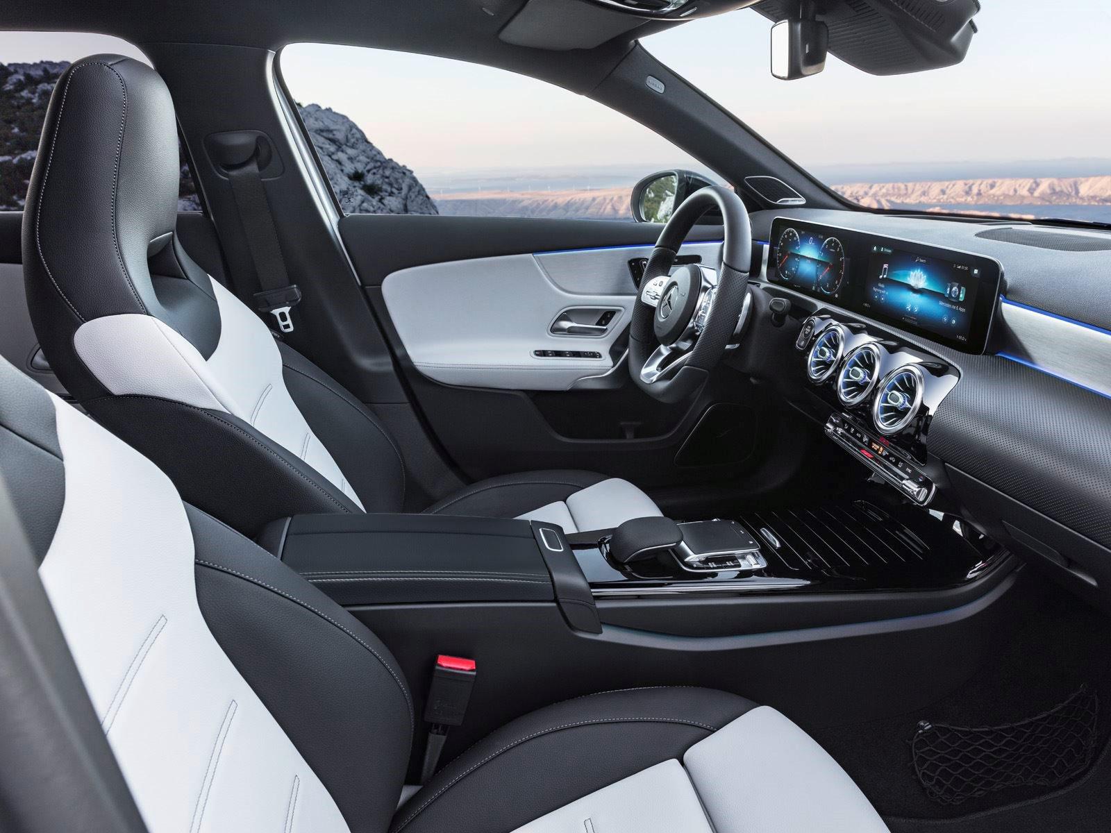 Mercedes-Benz будет продавать только версию седан A-класса в Соединенных Штатах, когда она поступит в продажу в конце этого года. Канадцы будут иметь возможность приобрести хэтчбек, показанный здесь. Модели AMG, скорее всего, появятся в 2019 году как