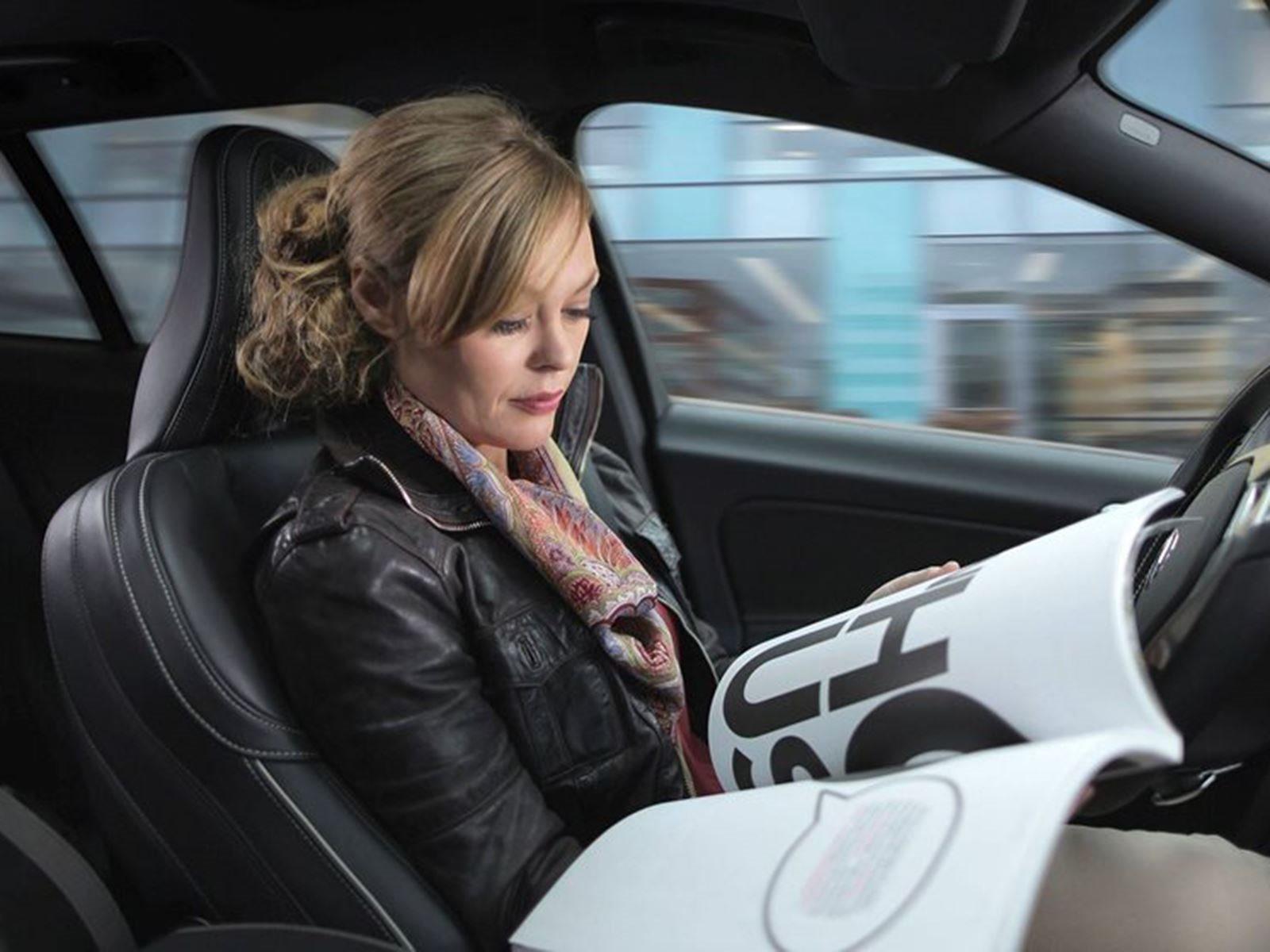 Исследование, проведенное Автономным консорциумом по транспортным средствам, показало, что водителям потребовалось около двух секунд, прежде чем взяться за руль. Основываясь на этом запаздывании, автомобиль, едущий со скоростью 80 км/ч, проехал около
