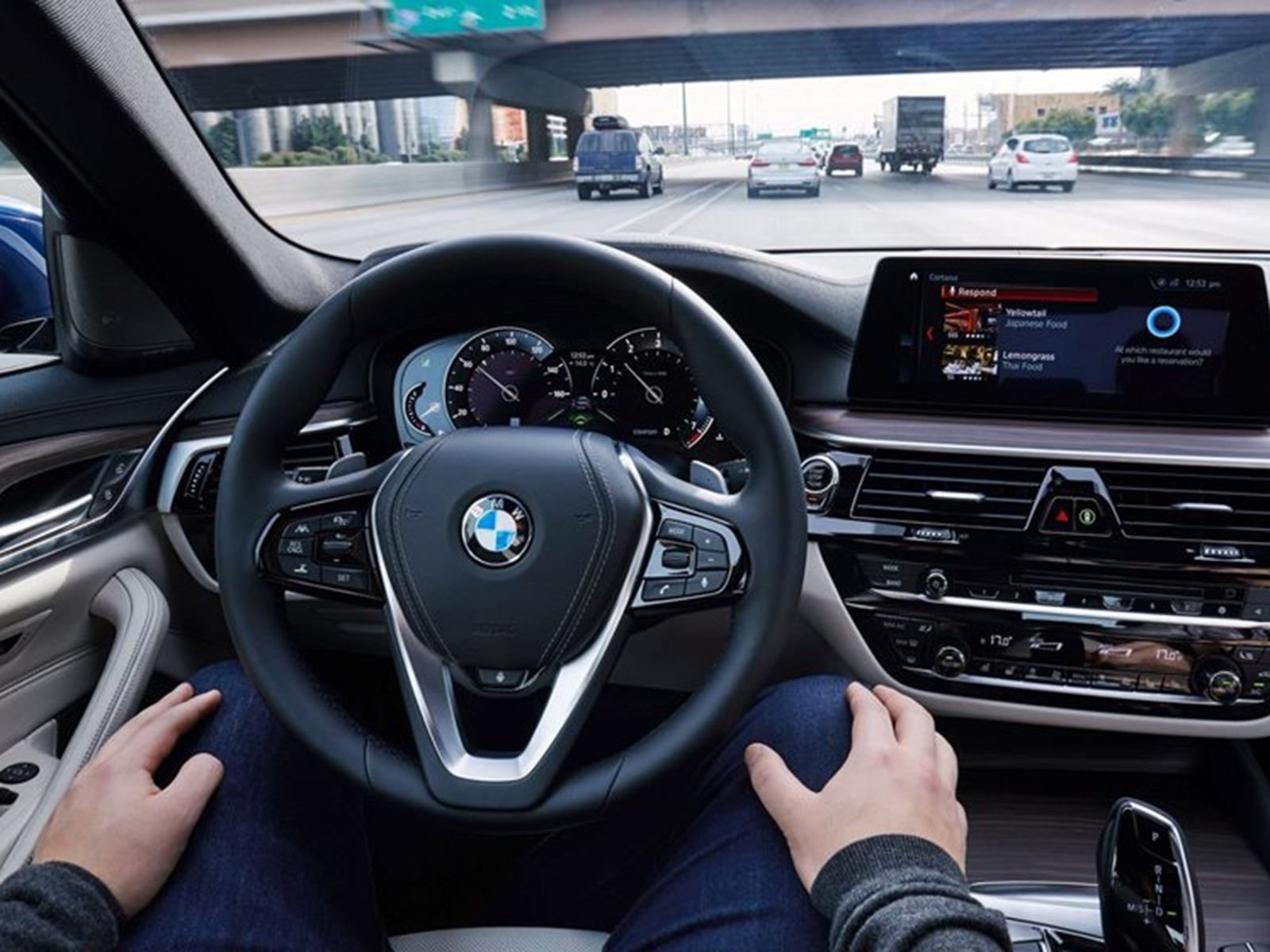 Auto Express сообщает о новых потенциальных законах (в Соединенном Королевстве), которые могут запрещать водителям автономных автомобилей смотреть телевизор, читать или вообще отвлекаться, пока автомобиль едет.