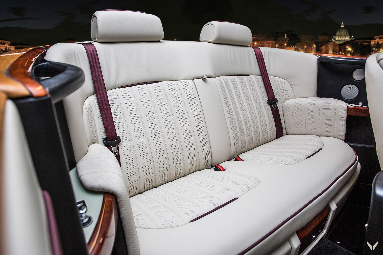 Для экстерьера автомобиля клиент Vilner выбрал покрытие цвета «Cherry». Из 44 тысяч вариантов владелец решил остановиться именно на этом, сохранив автомобиль элегантным и стильным. И, как нам кажется, в этой цветовой гамме есть что-то британское. И и