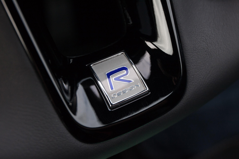 Эти два затягивают передние ремни безопасности и при необходимости активируют автономную тормозную систему. Фактически, Volvo также является первым автомобильным брендом, который впервые сделал систему аварийного торможения в автомобиле. Круто, правд