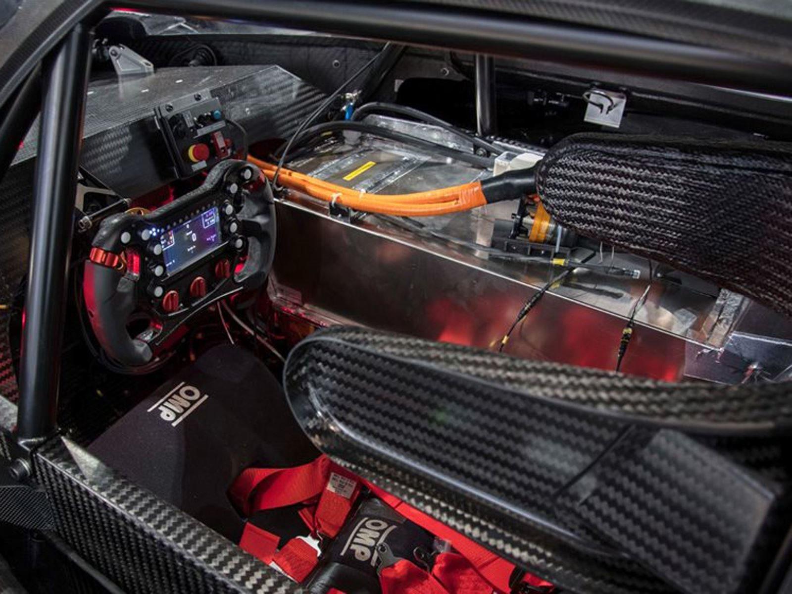 Ромен Дюма, который будет пилотировать гоночный автомобиль на Pikes Peak, также находится за рулем во время всех испытаний.