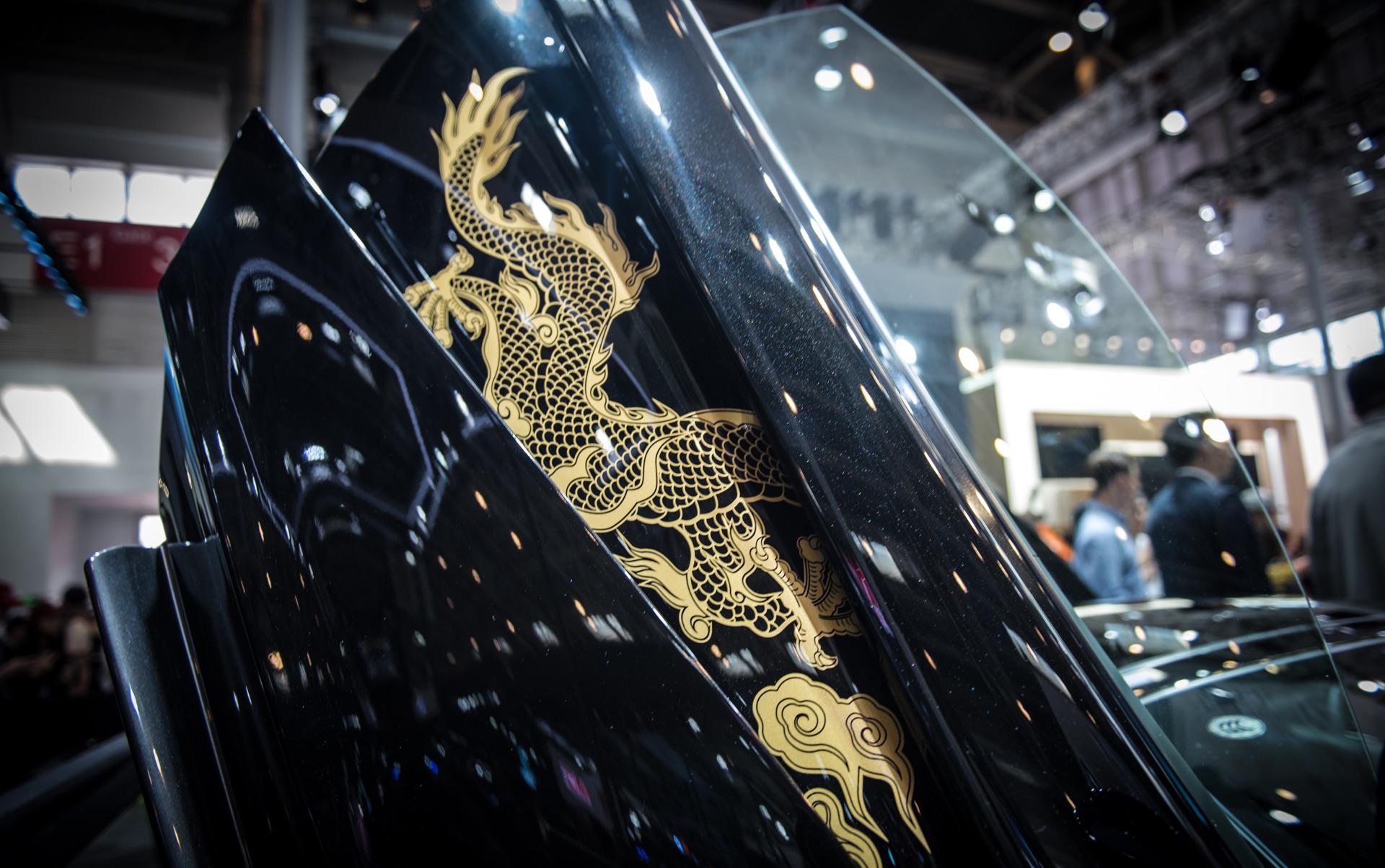 Тем не менее, впервые британский производитель объединился с китайским дизайнером для разработки пяти специальных макетов McLaren 570GT. Коллекция McLaren 570GT Cabbeen Collection окрашен в цвет MSO Obsidian Black и имеет невероятную золотую роспись.