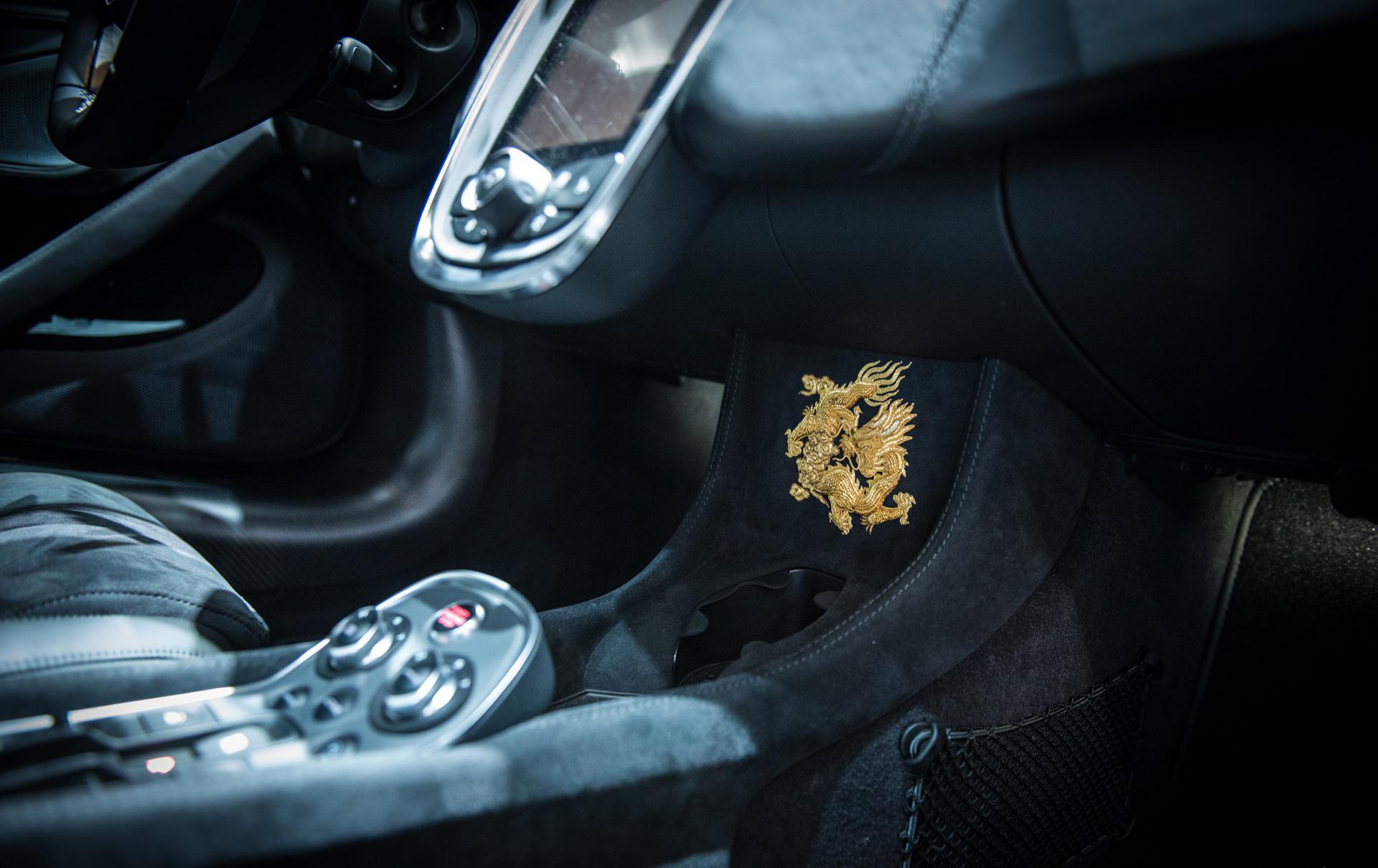 В интерьере подобным образом вышиты потрясающим и кропотливо-замысловатые драконы, украшающие заднюю багажную площадку, вышитую Кан Хуэйфангом. Над центральной консолью находится еще один золотой дракон. Неудивительно, что McLaren ожидает, что ограни