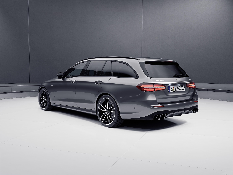 Как и следовало ожидать, Mercedes-AMG E 53 комплектуется стандартным оборудованием - 19-дюймовыми легкосплавными дисками, выхлопной системой AMG и пневматической подвеской Air Body Control. Также в список стандартного оборудования входят система AMG