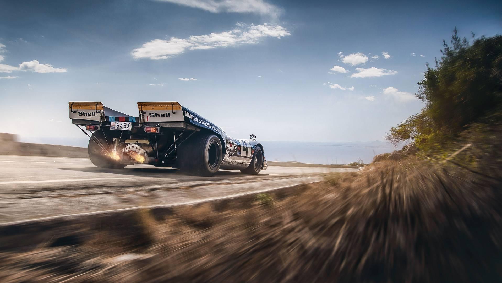 Автомобиль сохраняет оригинальный 4,9-литровый атмосферный рядный 12-цилиндровый двигатель мощностью около 600 л.с. В корпусе весом всего 600 кг он обеспечивает серьезное соотношение в 1000 л.с. на тонну и всё это на 50-летнем шасси!
