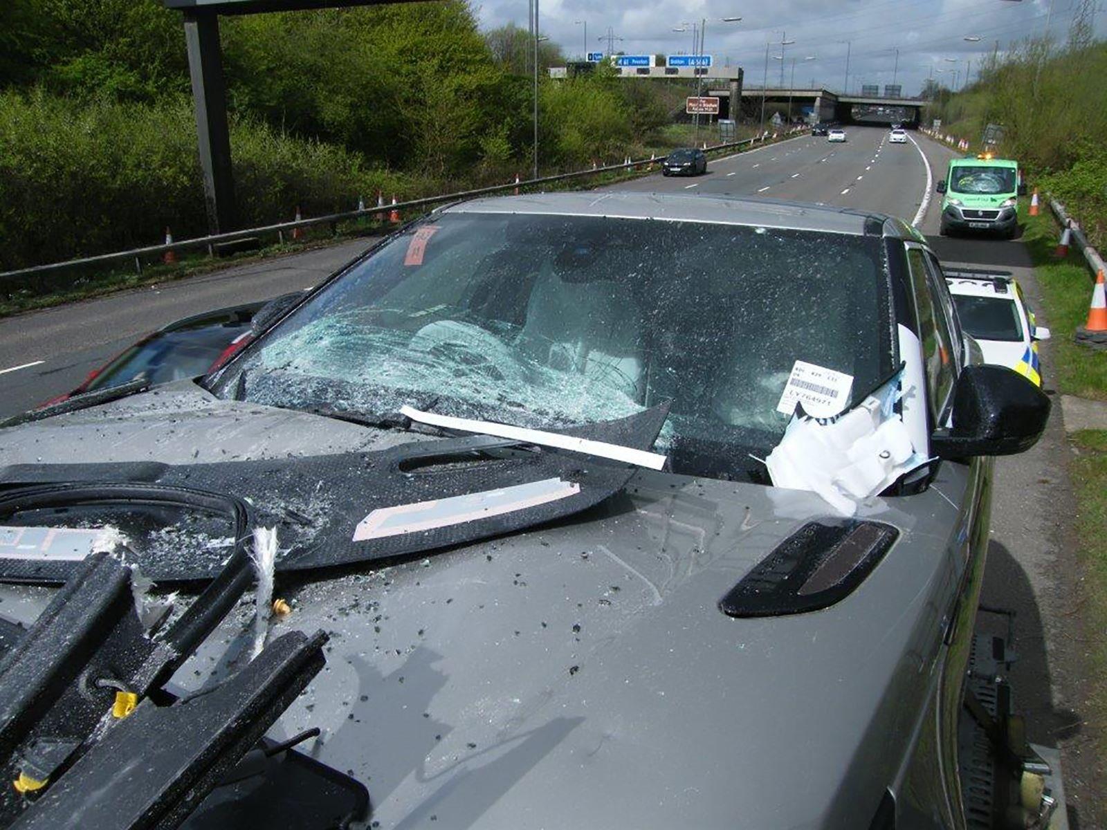 vАвария произошла на трассе M61 вблизи Фарнворта в Великобритании. К счастью, водитель не пострадал, но Velar, очевидно, будет списан. Перевозчик только что доставил часть своего груза в выставочный зал в Болтон и был на пути к другой доставке, когда