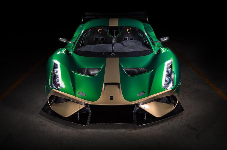 Внутри шеститочечные гоночные ремни безопасности входят в стандартное оснащение наряду со съемным рулевым колесом из карбона, 125-литровым топливным баком и встроенной система воздушного домкрата. Производственная версия будет иметь ручной привод с п