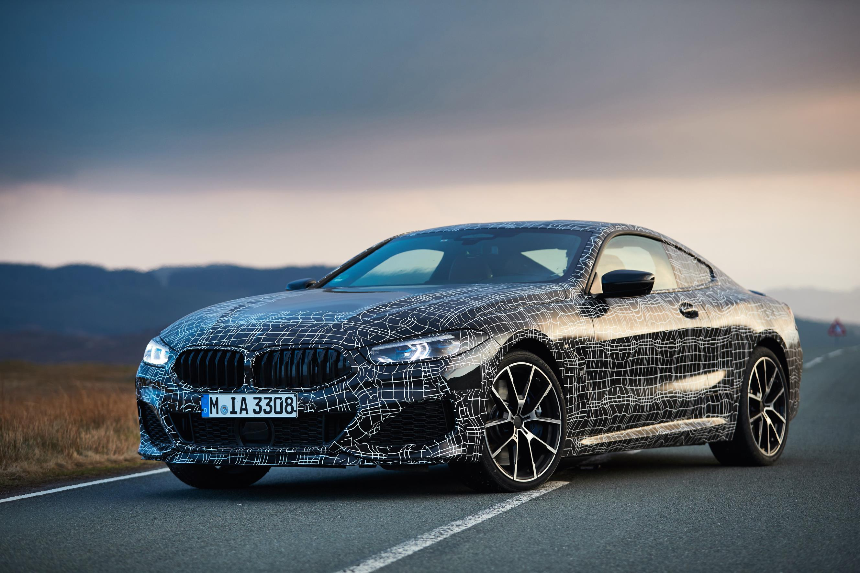 BMW M850i xDrive Coupe получает полностью переработанный двигатель V8 с полным приводом, активным задним дифференциалом, адаптивной подвеской, активной стабилизацией и активным рулевым управлением. BMW описывает эту модель как великий автомобиль с бо