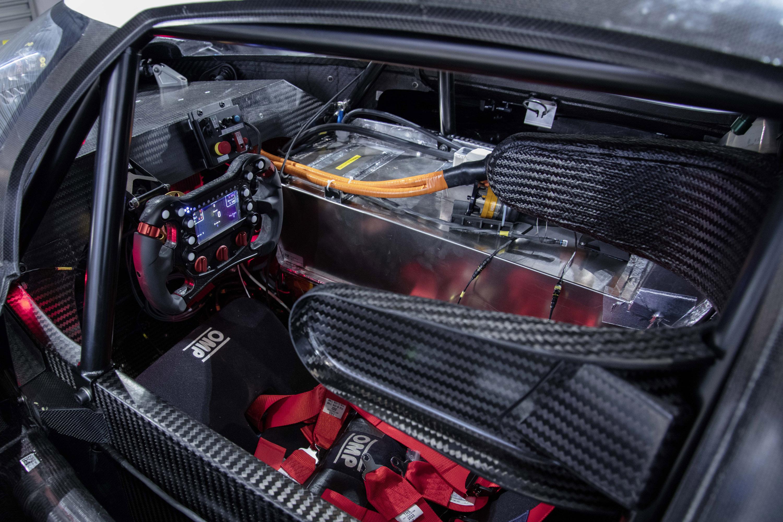 Это суперкар, который будет соревноваться в гонке в Pikes Peak International Hill climb в Колорадо-Спрингс 24 июня. А еще он попытается установить лучшее время - 8:57:118 минуты. И мы склонны дать шанс команде VW. В конце концов, I.D. R имеет общую м