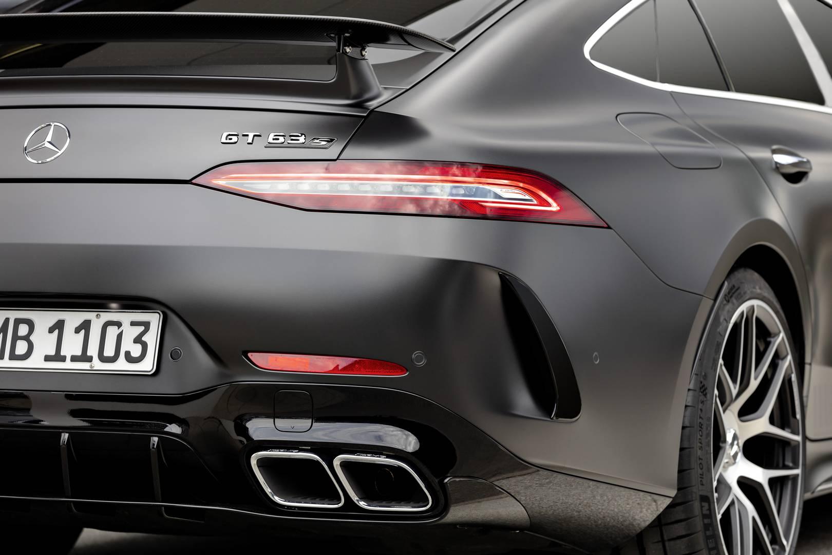 Специальная модель оснащена 21-дюймовыми коваными колесами AMG с двойными спицами с отделкой на выбор в цвете graphite grey magno, diamond white bright или graphite grey metallic.