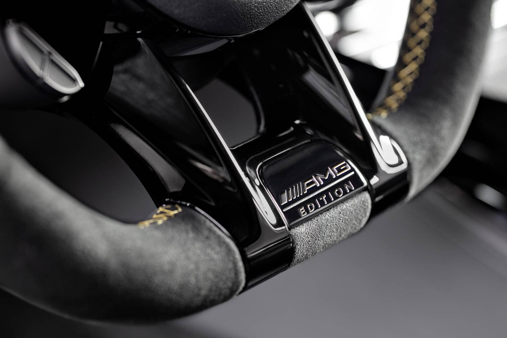 Рулевое колесо AMG Performance отделано микрофиброй и имеет желтую контрастную футеровку и матовую отделку карбоном.