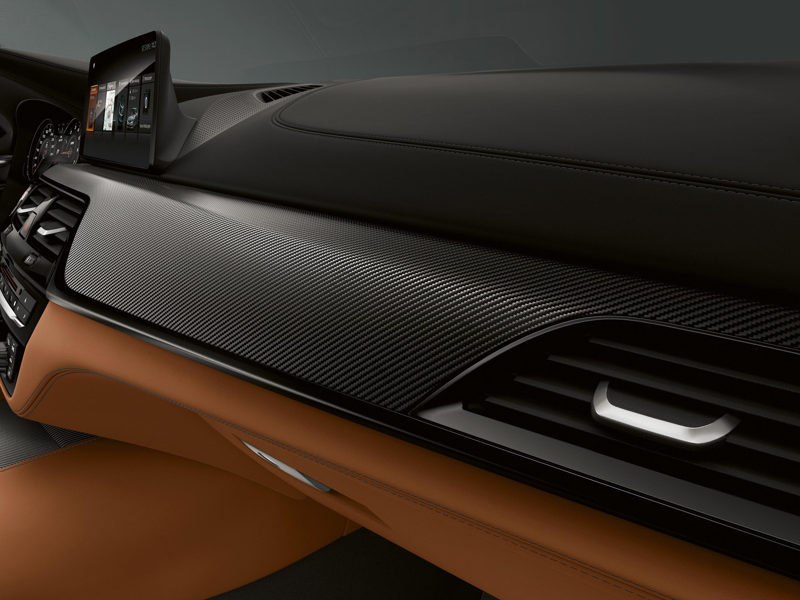 Что касается тормозной системы, то 2019 BMW M5 Competition поставляется с шестипоршневыми фиксированными суппортами и перфорированными внутренними вентилируемыми дисками на передних колесах и однопоршневыми плавающими суппортами со встроенным стояноч