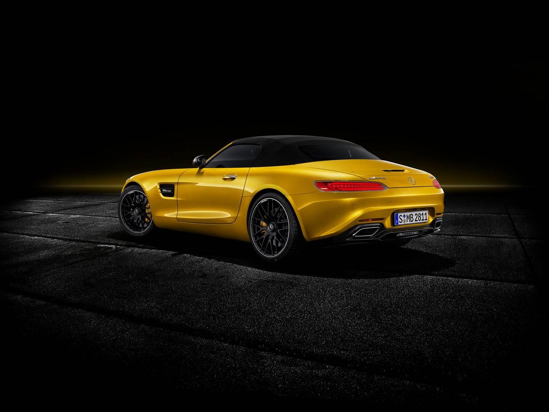 Самой заметной особенностью Mercedes-AMG GT S Roadster является отсутствие кузова в стиле GT R. Это автомобиль для тех, кому нравится внешний вид GT, но не обязательно нужно внимание, которое привлекают огромные воздухозаборники и раздутые колесные а