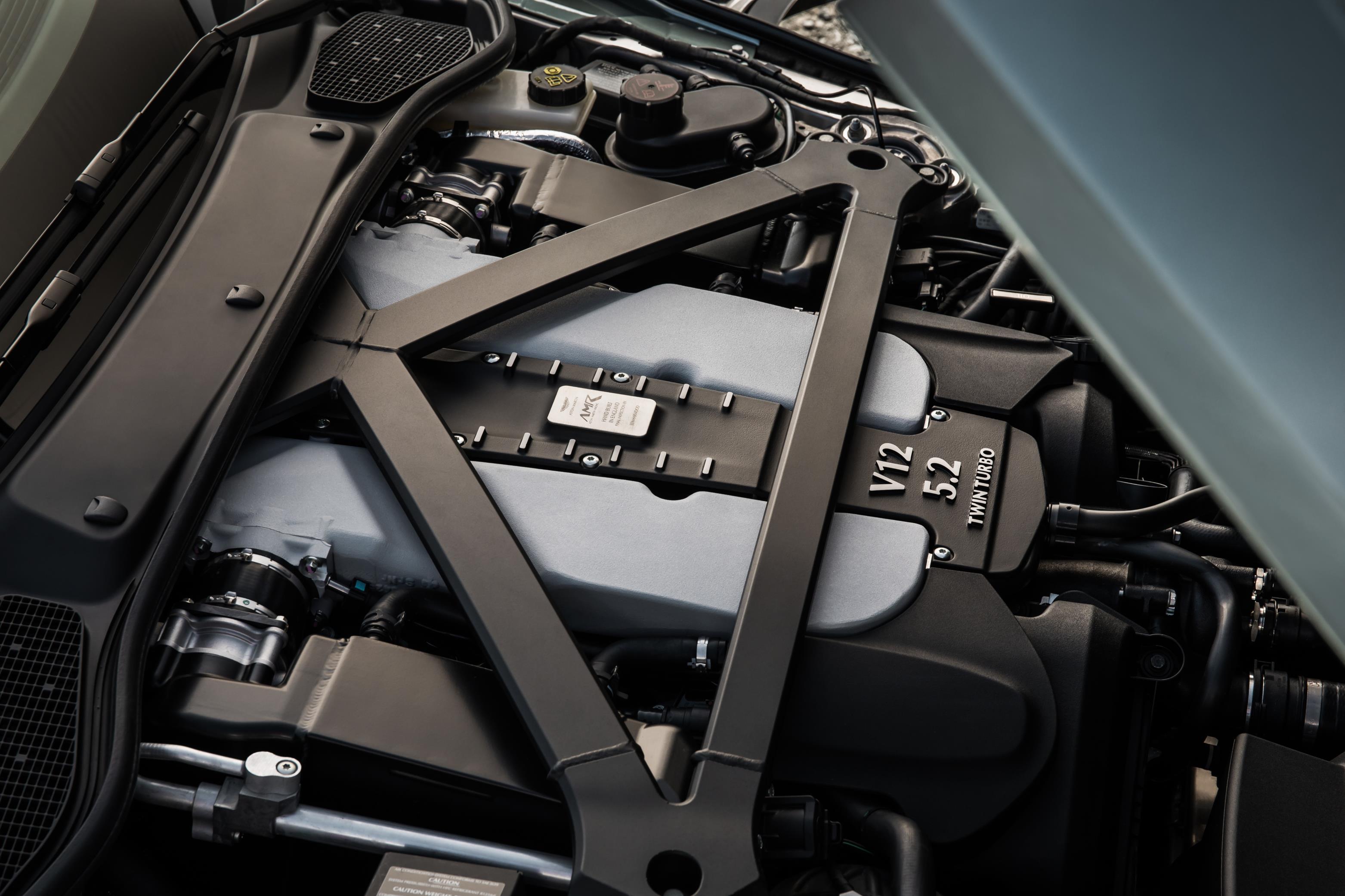 Aston Martin предложит специальный выпуск DB11 AMR с тремя дизайнерскими спецификациями, а также эксклюзивным выпуском AMR Signature Edition, который получит яркую ливрею в желто-зеленых цветах.