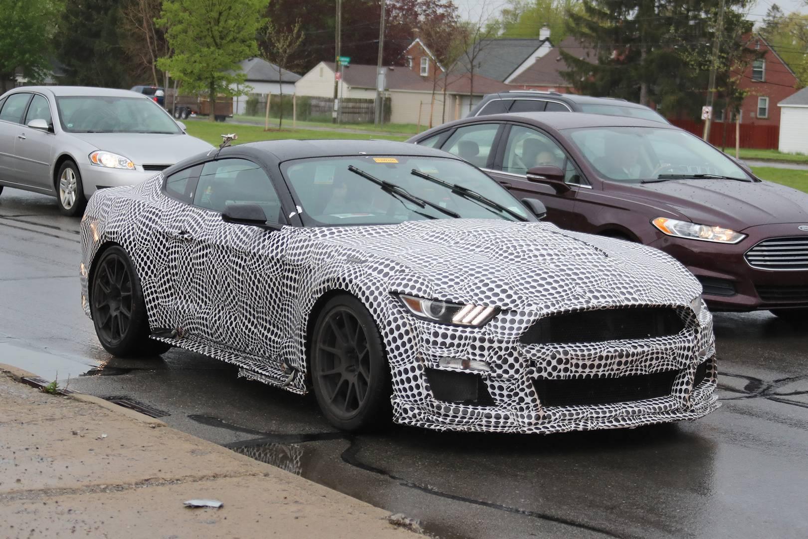 Предыдущие шпионские снимки также показывали Shelby GT500 с механической коробкой передач.