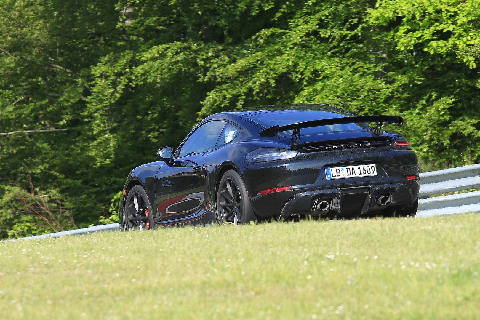 Фотографии демонстрируют горячо ожидаемый Porsche 718 Cayman GT4.