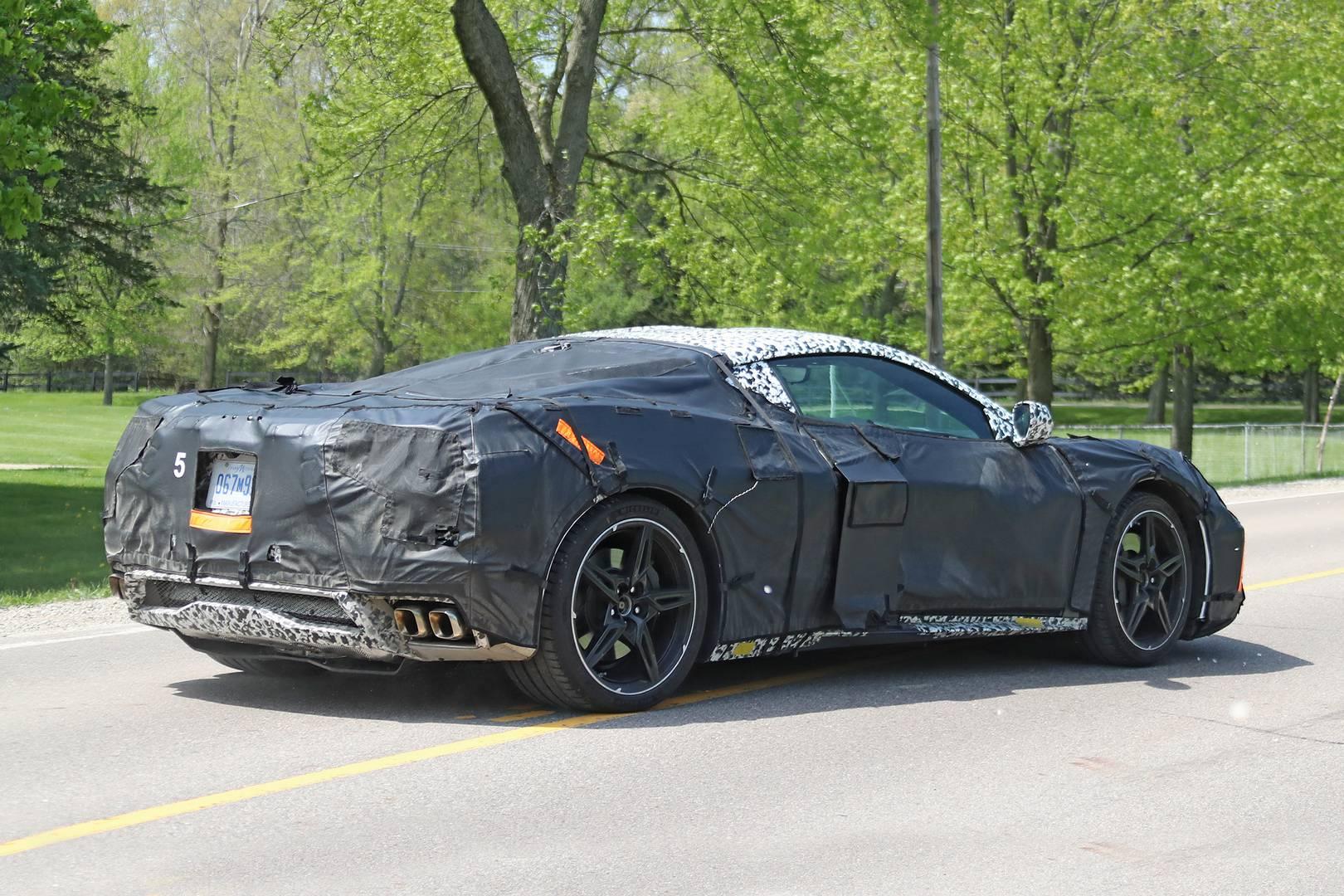 Слухи в настоящее время предполагают, что поколение C7 получит гибридный вариант в следующем году, до запланированного в 2021 году выпуска модели поколения C8. Это не первый случай, когда в Corvette двигатель располагается посередине. Проект был перв
