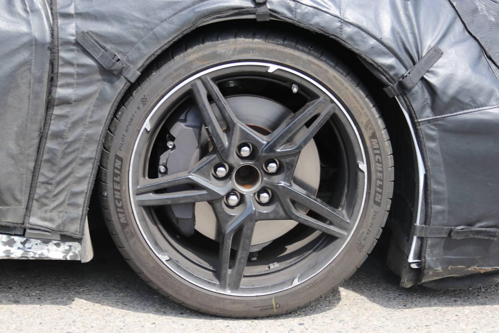 Фотографы-шпионы не первый раз заметили тестовый автомобиль, который считается планируемым среднемоторным Corvette.